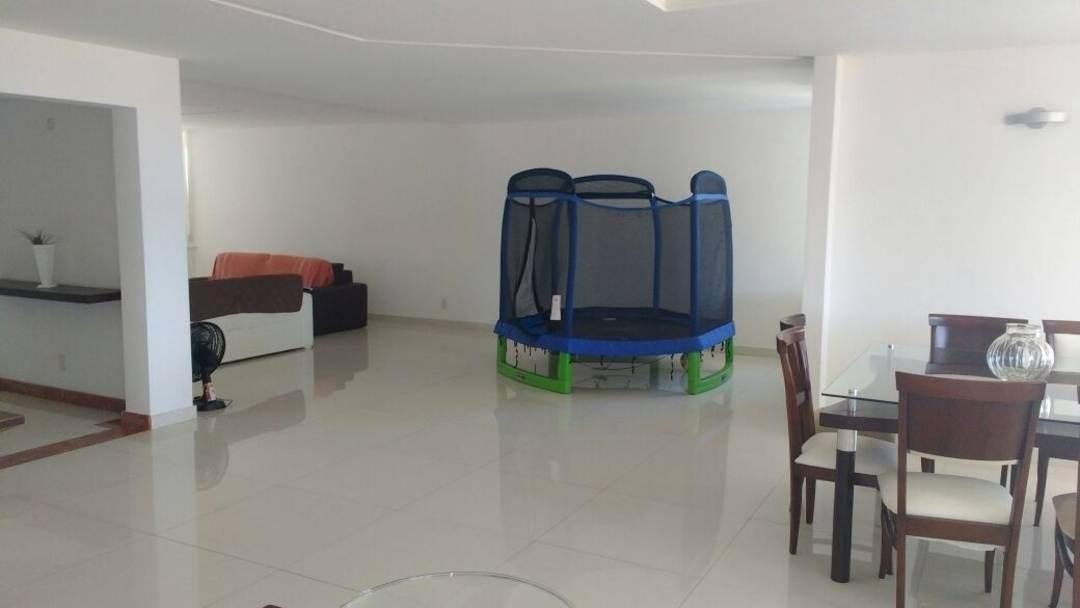 Casa triplex em condomínio