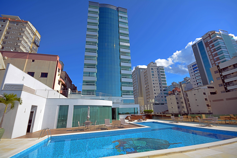 Apartamento decorado 4 suítes frente mar em Meia Praia